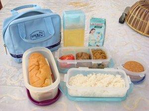 nasi dan makanan rumah, marie regal, burger keju rumahan, air rebusan kacang ijo, susu lactamil