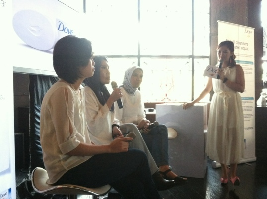 dari kiri : dr. Lilik Norawati, Amy Zein sebagai MC